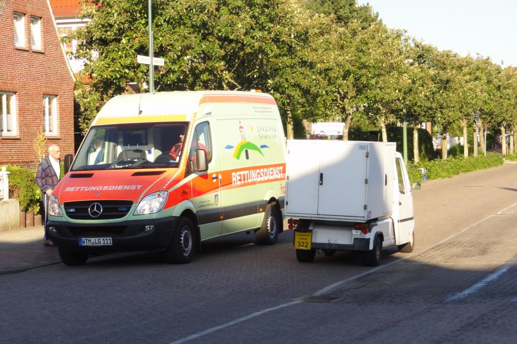 Der Krankenwagen fährt mit Verbrennungsmotor