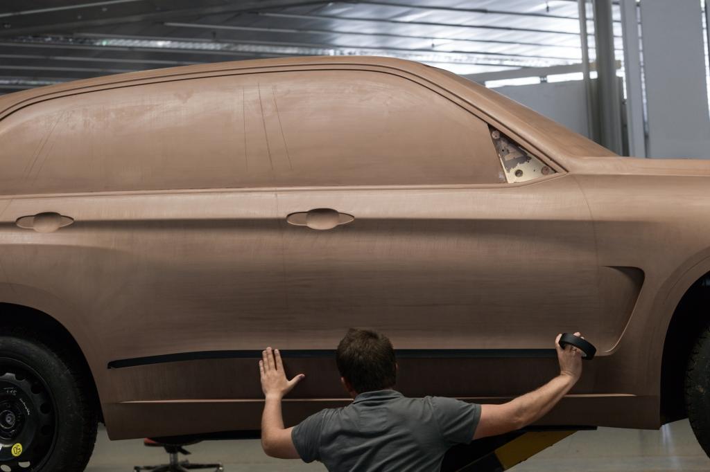 Die Modelle sind aus Clay, einem Industrieplastilin, das mit Schabern oder Klingen bearbeitet wird