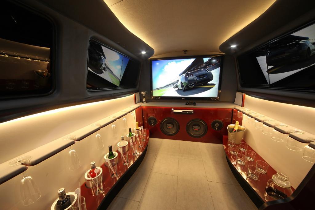 Die Passagiere haben unterwegs die Qual der Wahl: TV, Playstation, oder einfach Party feiern