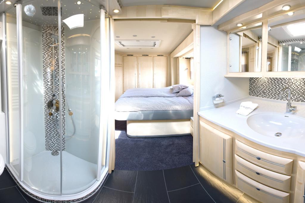 Eine große Regen-Dusche mit Sternenhimmel, eingefasst in Mosaikfliesen, sorgt für Bequemlichkeit, die einem exklusiven Hotel-Zimmer gleichkommt.