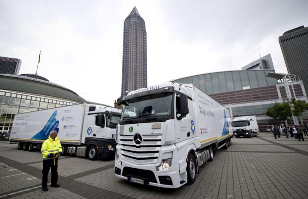 Elf Mercedes-Benz-Actros bringen Hilfsgüter für syrische Flüchtlinge