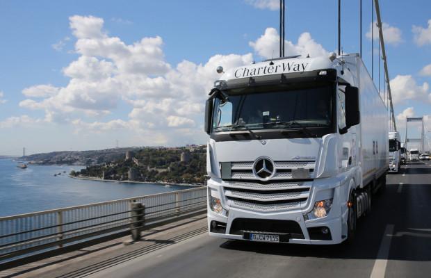 Elf Mercedes-Benz Actros erreichen syrische Flüchtlingscamps in der Türkei