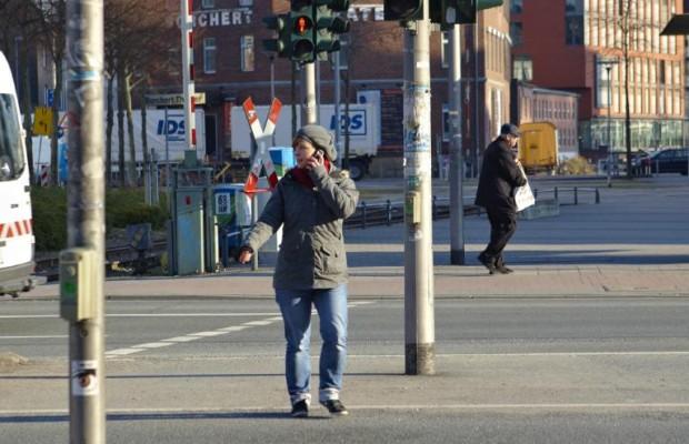 Fußgänger telefonieren gefährlich
