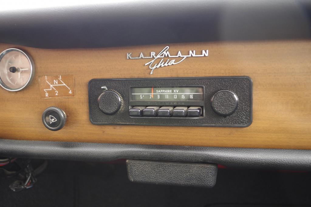 Immerhin lächelt das Radio als einziger Luxus seine Insassen an sowie der markante Schriftzug auf dem schmalen Armaturenbrett, das seit 1966 sogar mit Holzimitat versehen wurde.