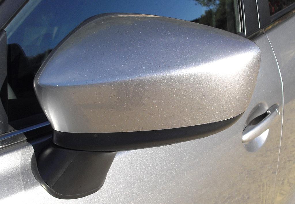 Mazda3: Blick auf den Außenspiegel auf der Fahrerseite.