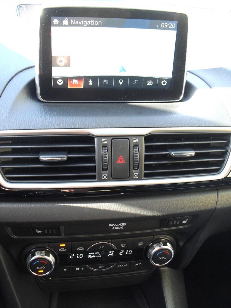Mazda3: Blick auf den mittleren Armaturenträger, hier mit Touchscreen-Farbmonitor.
