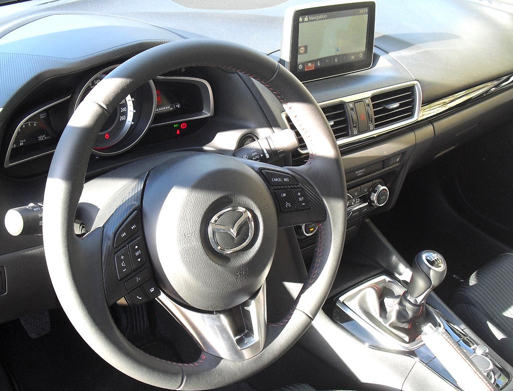 Mazda3: Blick in übersichtlicher wirkende Cockpit.