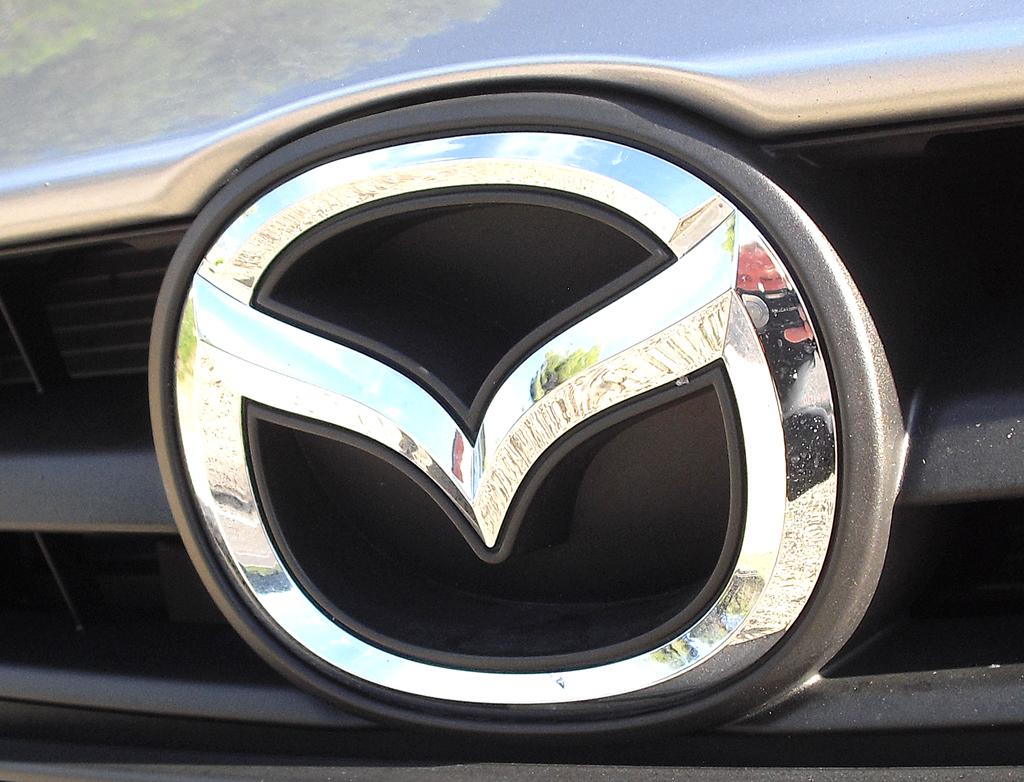 Mazda3: Das Markenlogo sitzt vorn im oberen Kühlergrill-Teil.