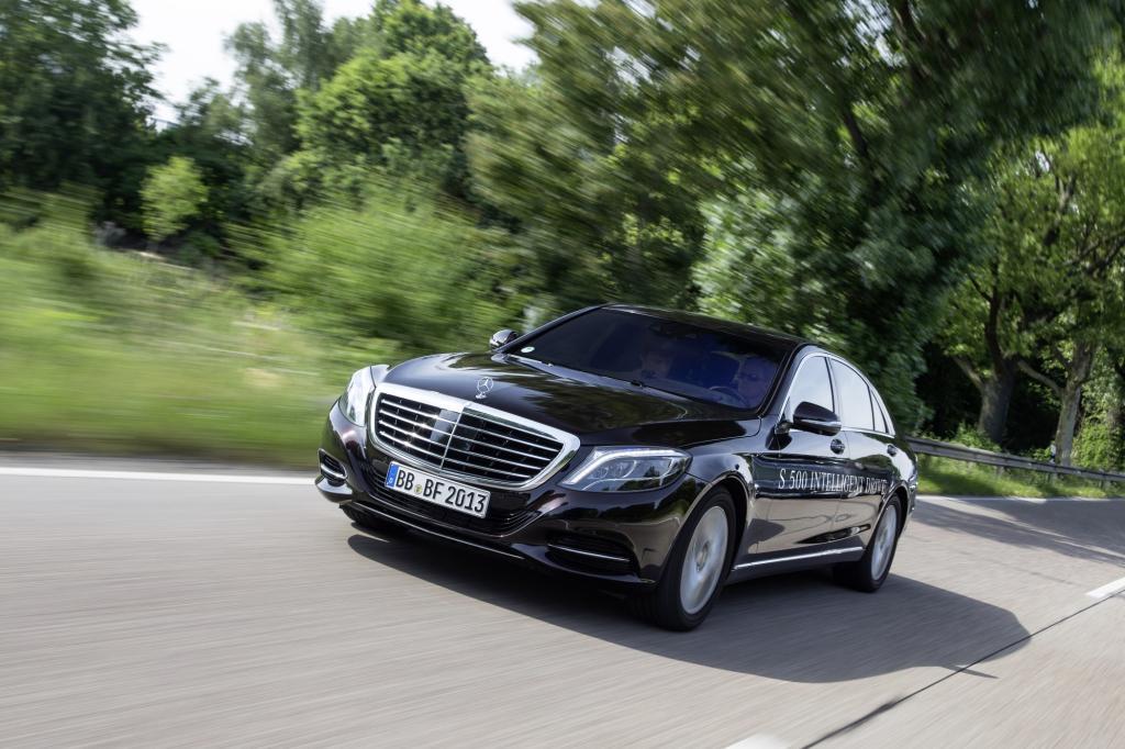 Mit einer autonomen Testfahrt auf historischer Route beweist Mercedes, dass der Autopilot keine Utopie mehr ist.