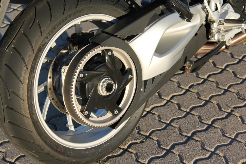 Nicht verzichtet hat man auf den pflegeleichten Riemenantrieb; die GT ist nun das letzte Modell in der BMW-Palette mit dieser Art der Kraftübertragung