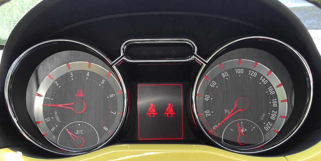 Opel Adam: Blick durch den Lenkradkranz auf die Rundinstrumentierung.