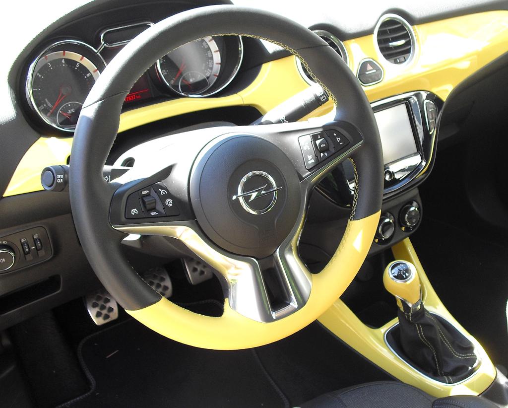 Opel Adam: Blick ins farbige und sehr übersichtlich gestaltete Cockpit.