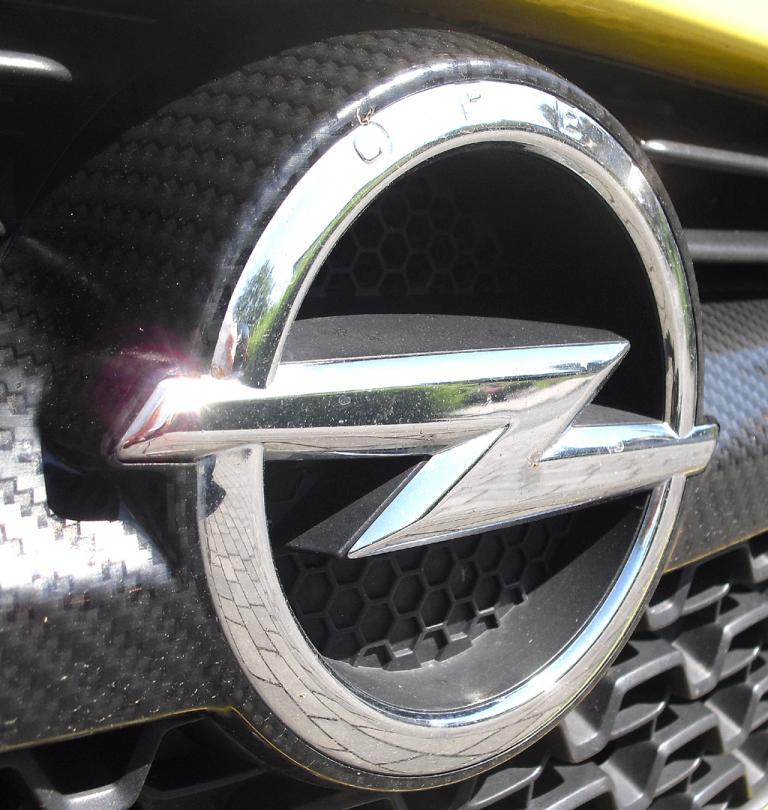 Opel Adam: Der Markenblitz sitzt vorn mittig im oberen Kühlergrill-Teil.