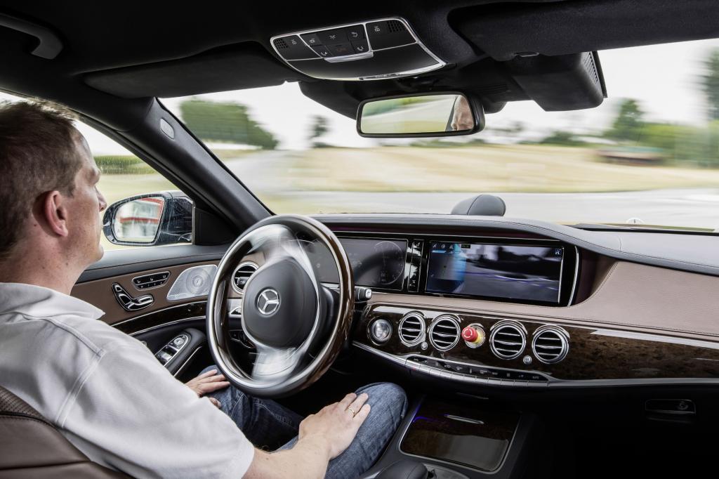 Ralf Herrtwich sitzt im Fond einer Mercedes S-Klasse und doziert in alle Ruhe darüber, weshalb der freundliche Herr vorne am Steuer so mir nichts, dir nichts die Hände vom Lenkrad nimmt.