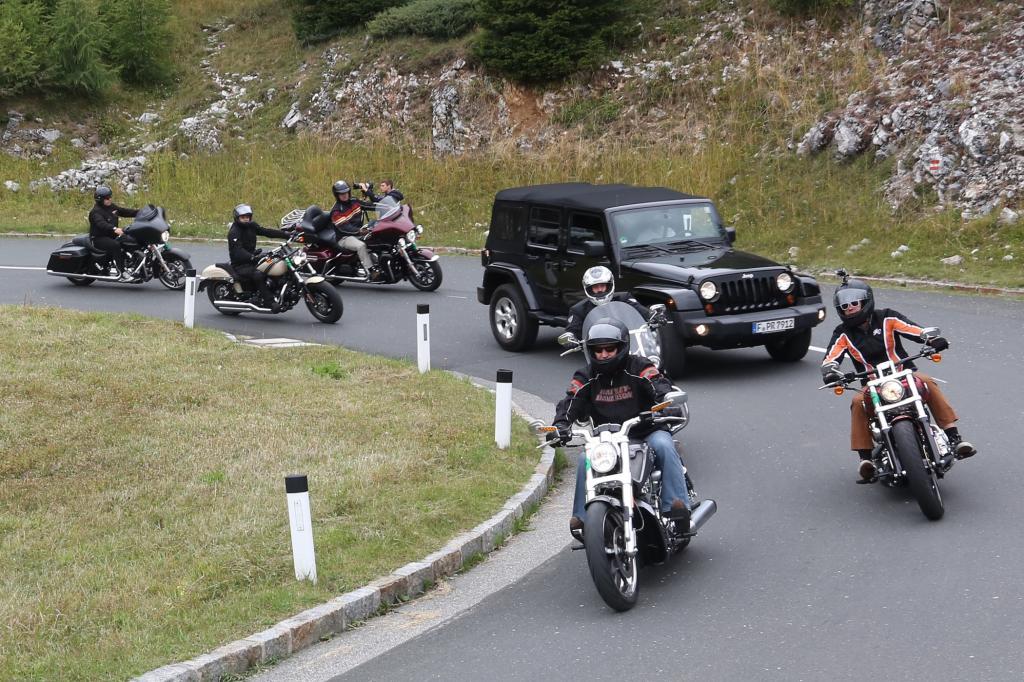Seit einigen Jahren feiert mit den knallharten Zweirad-Jungs die Automarke Jeep, Erfinder des Offroadfahrens, als offizieller Sponsor dieser Treffen die ausgelassenen Bike Weeks