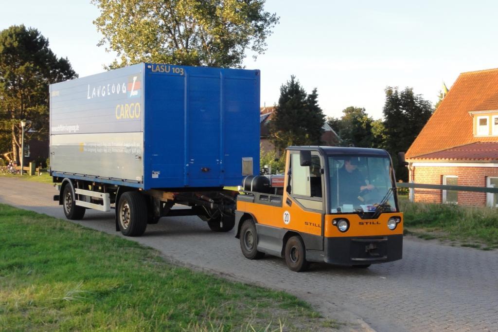 Seit fünf Jahren schleppen E-Karren bis zu zwölf Tonnen schwere Anhänger zum Verteiler-Bahnhof