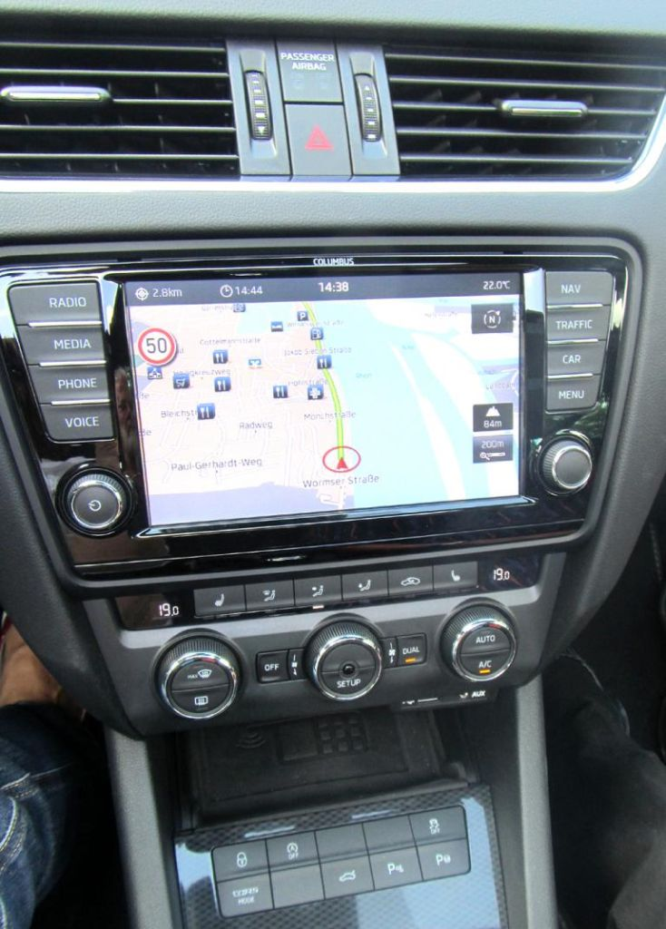 Skoda Octavia RS: Blick auf den mittleren Armaturenträger.