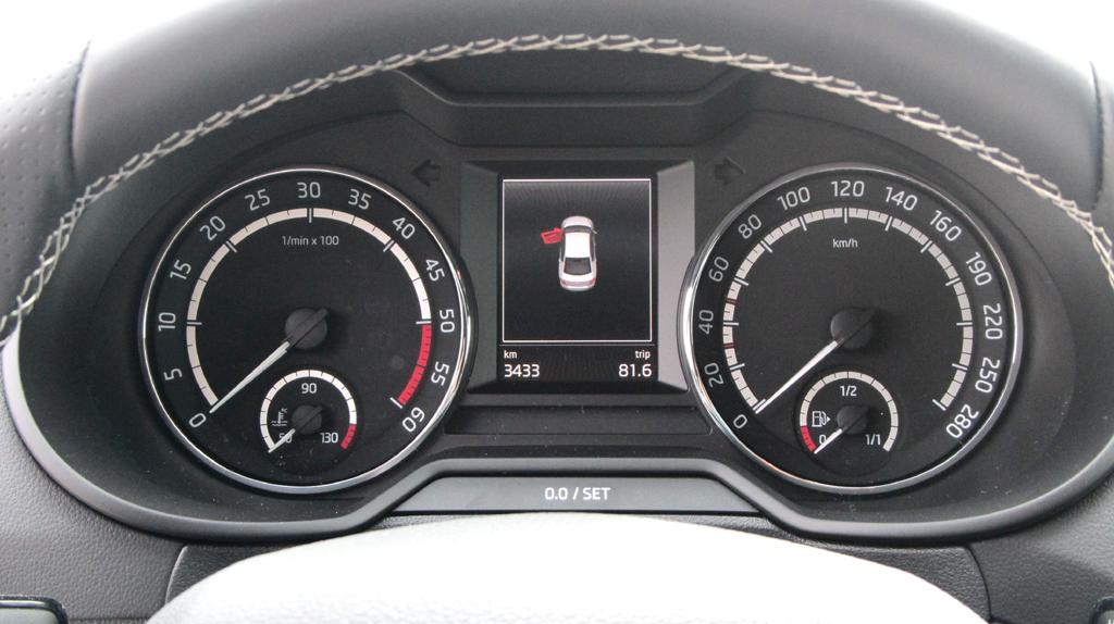Skoda Octavia RS: Blick durch den Lenkradkranz auf die Rundinstrumentierung.