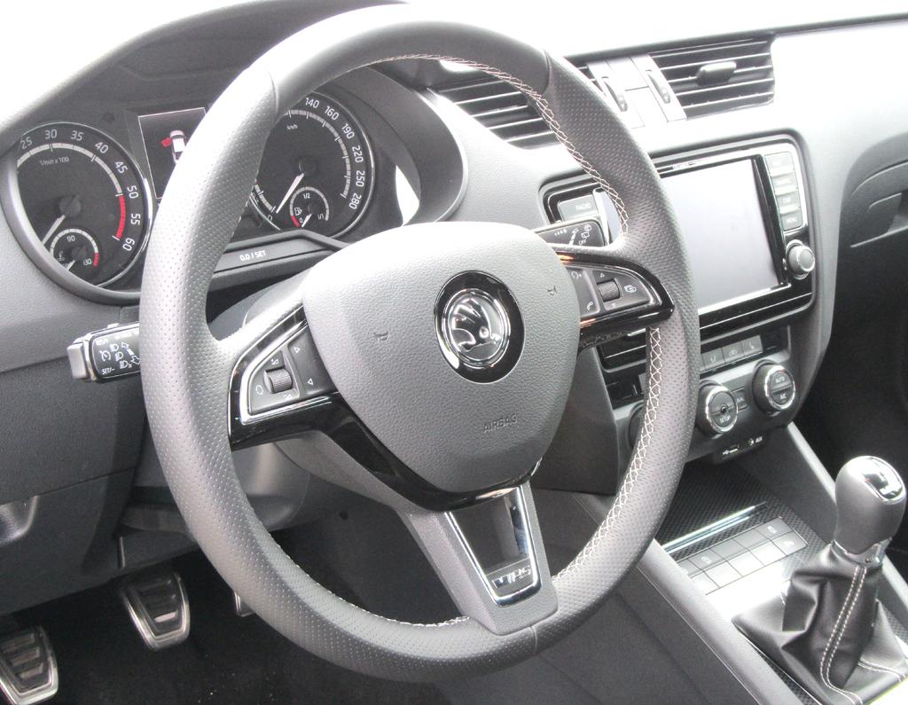 Skoda Octavia RS: Blick ins übersichtlich gestaltete Cockpit.