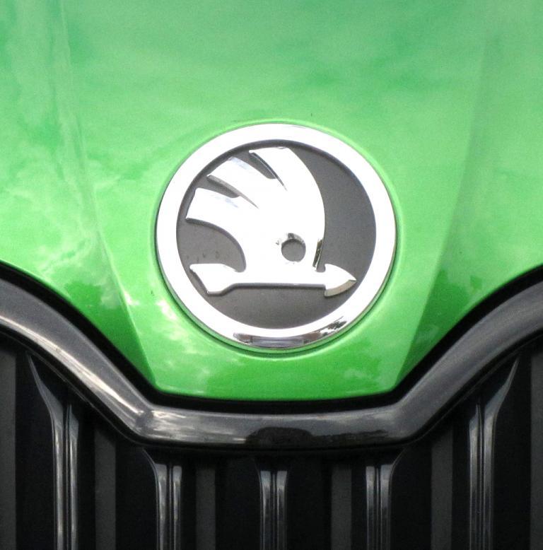 Skoda Octavia RS: Das Markenlogo sitzt vorn mittig über dem Kühlergrill.
