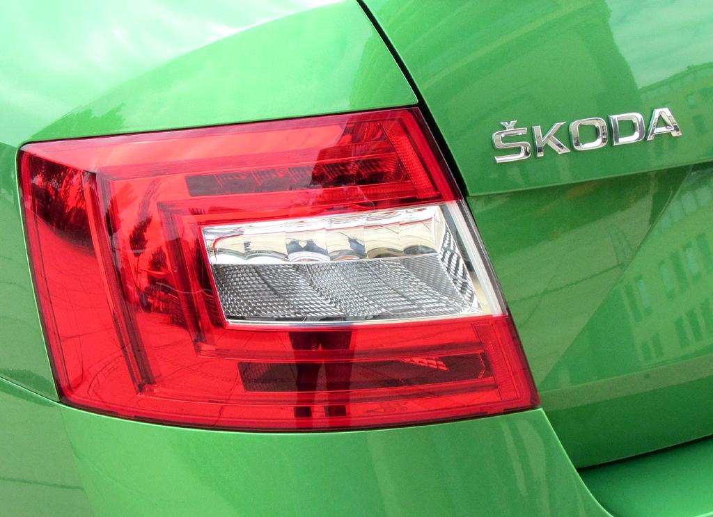 Skoda Octavia RS: Moderne Leuchteinheit hinten mit Markenschriftzug.