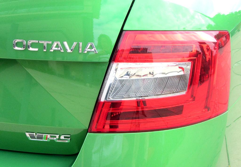Skoda Octavia RS: Moderne Leuchteinheit hinten mit Modellschriftzug.