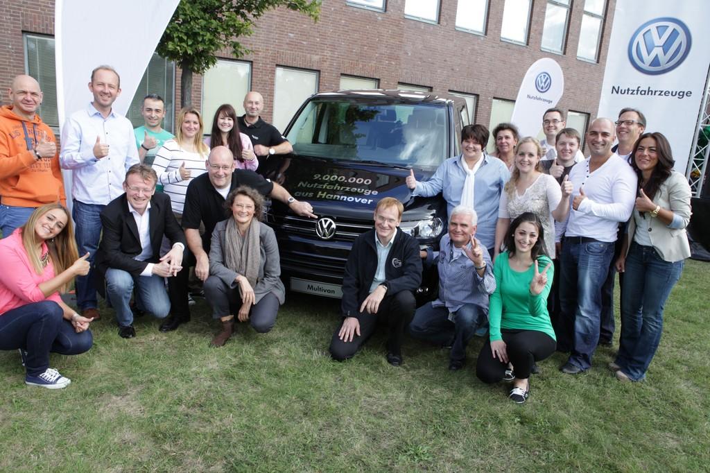 VW feiert: Stoßstange an Stoßstange einmal um den Erdball