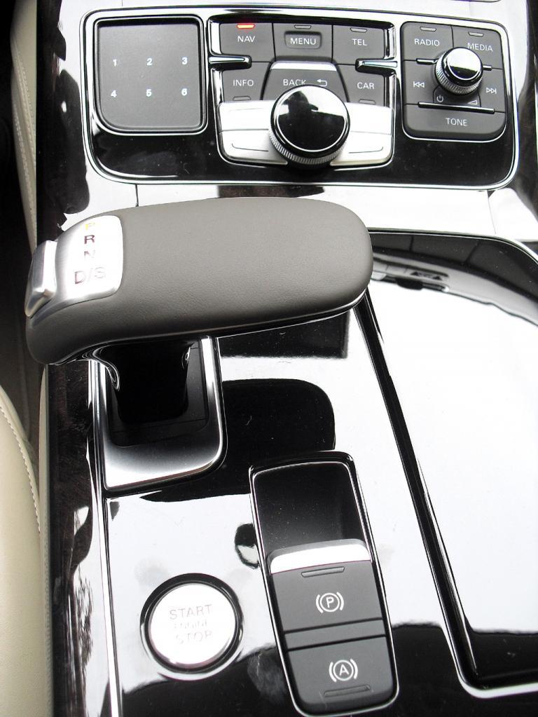 Audi A8: Blick auf die Bedieneinheit um den Getriebewählhebel auf der Mittelkonsole.