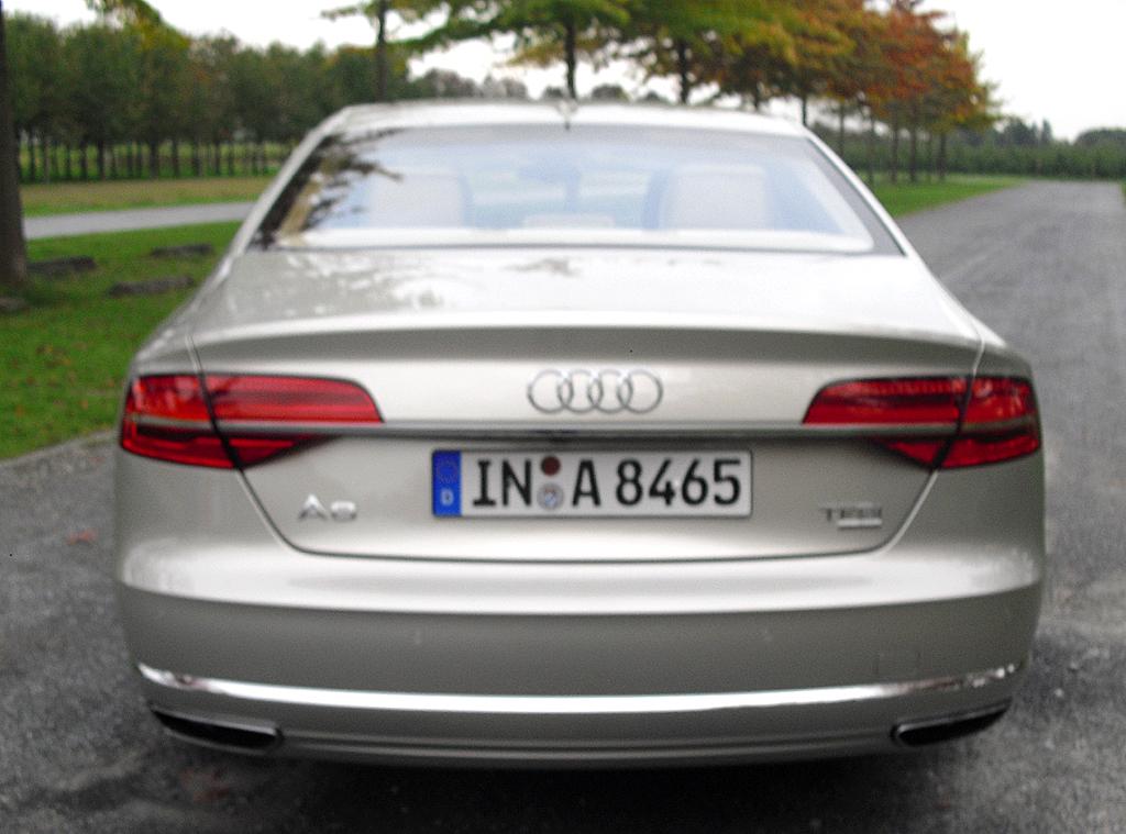 Audi A8: Blick auf die Heckpartie.