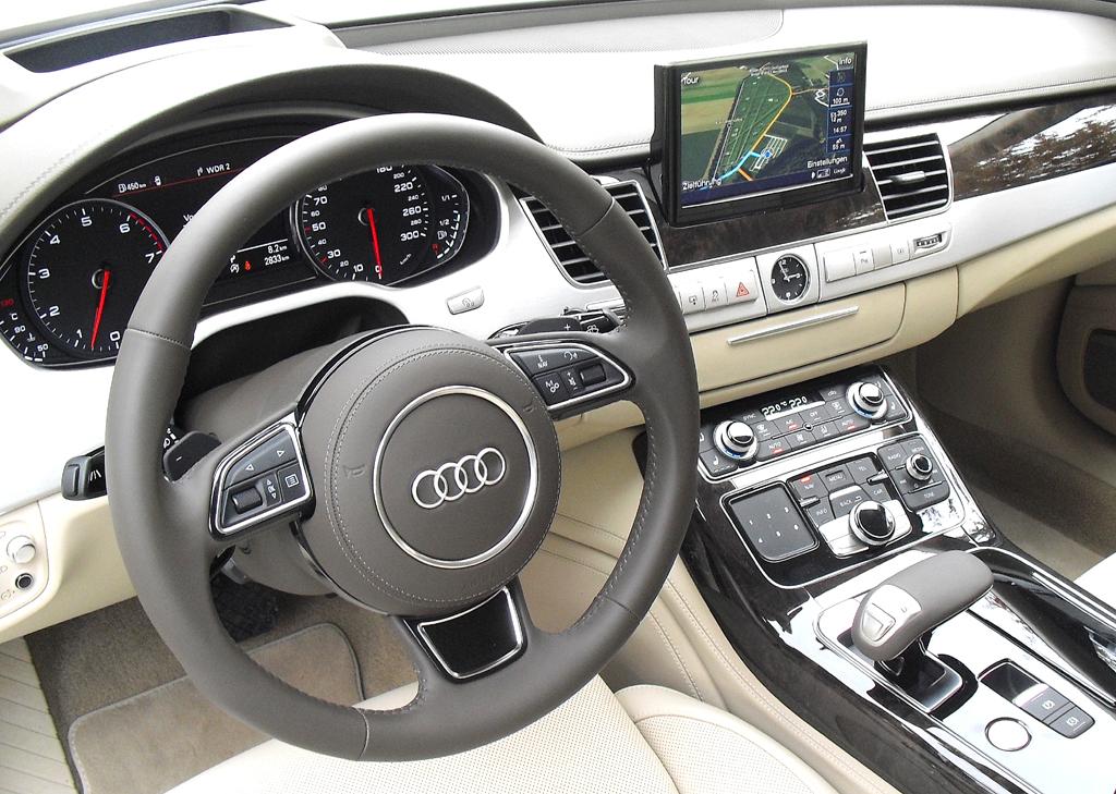 Audi A8: Blick ins genauso noble wie sportlich-funktionelle Cockpit.