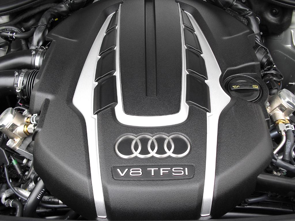 Audi A8: Blick unter die Haube, hier beim Achtzylinder-Biturbobenziner.