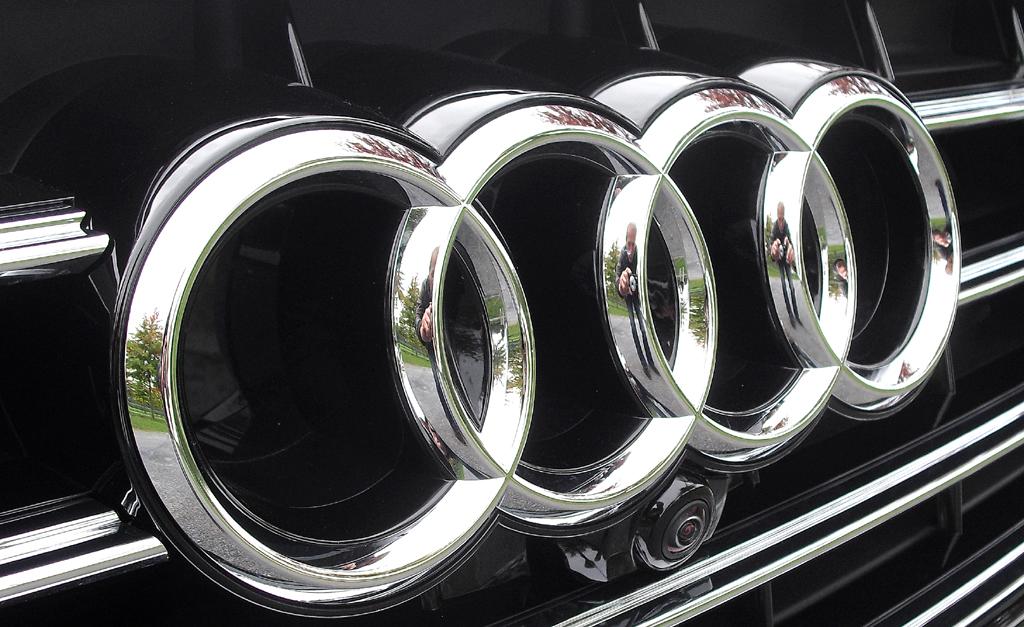 Audi A8: Die vier Markenringe sitzen vorn im oberen Teil des Kühlergrills.