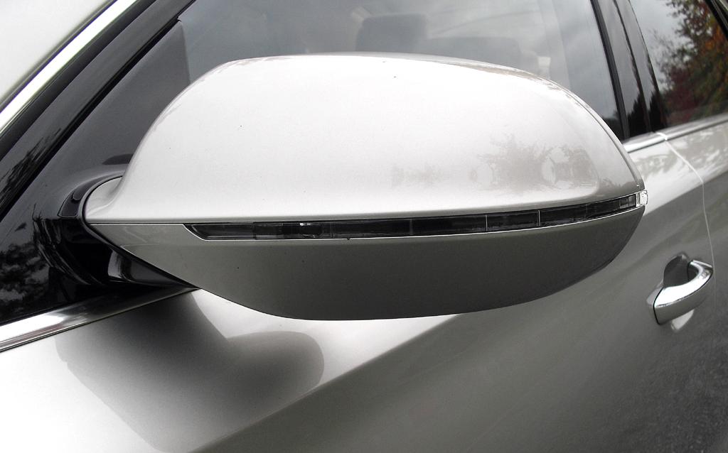 Audi A8: In die Außenspiegel sind schmale Blinkleisten integriert.