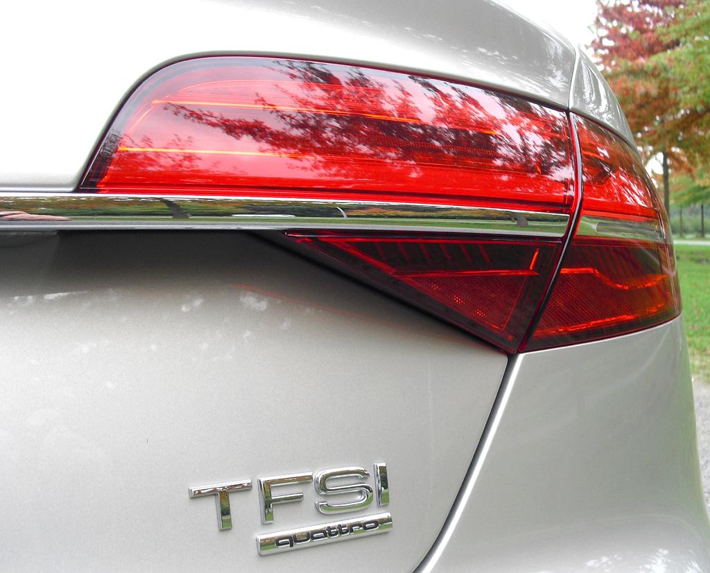 Audi A8: Moderne Leuchteinheit hinten mit Antriebsschriftzug.