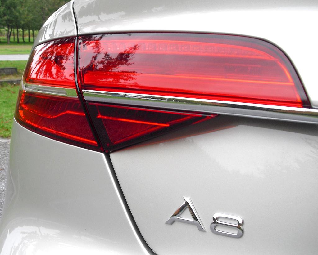 Audi A8: Moderne Leuchteinheit hinten mit Modellschriftzug.