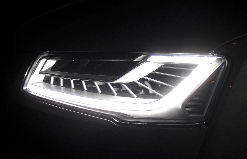 Audi A8: Neu sind die Matrix-LED-Scheinwerfer für 2400 Euro Aufpreis.