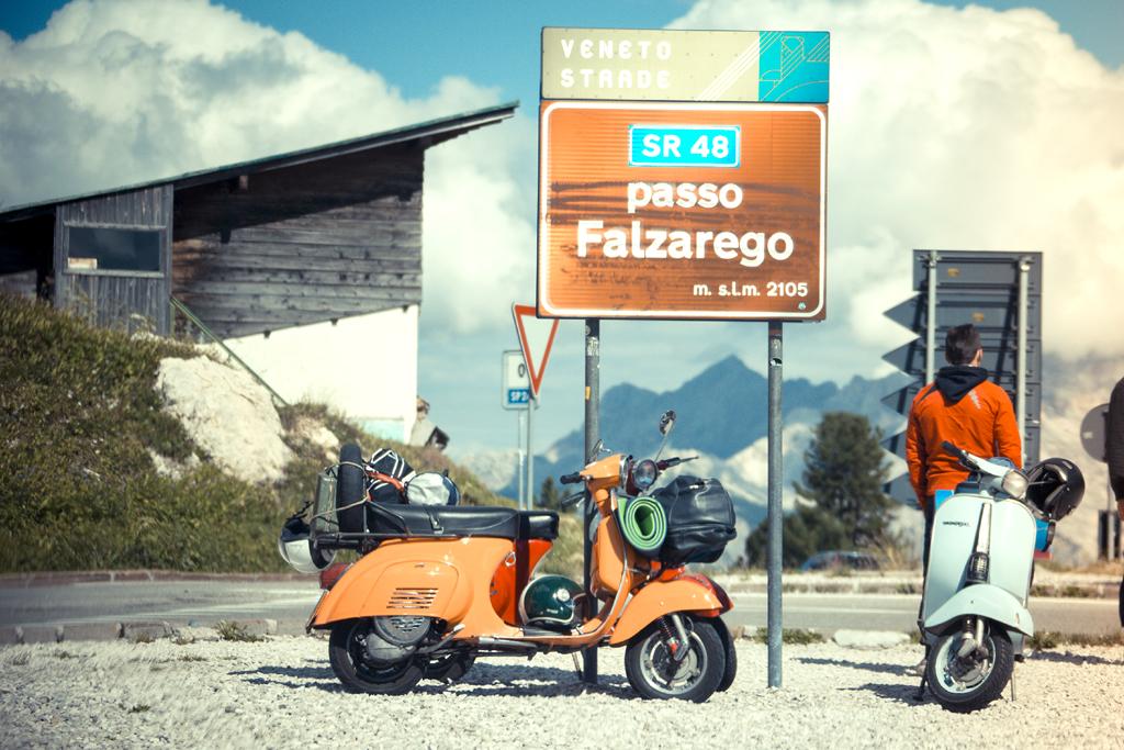 Auf den Falzarego-Pass schaffen es selbst nicht ganz so PS-starke Motorroller.