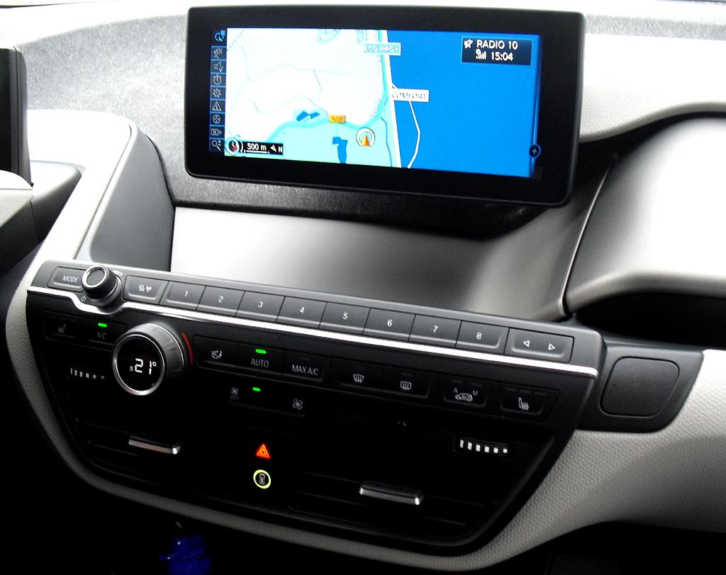 BMW i3: Blick auf den mittleren Armaturenträger mit dem zweiten Bordmonitor.