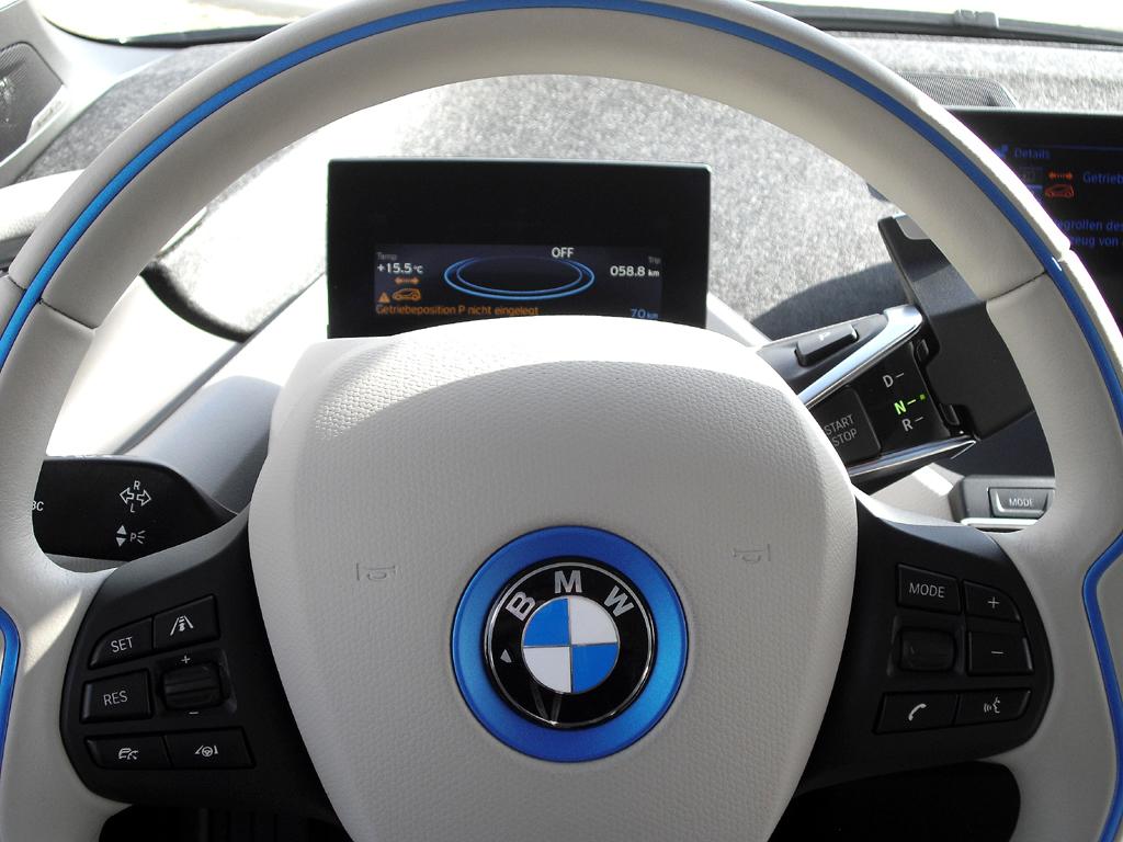 BMW i3: Blick durch den Lenkradkranz auf den etwas kleinen Bordmonitor dahinter.