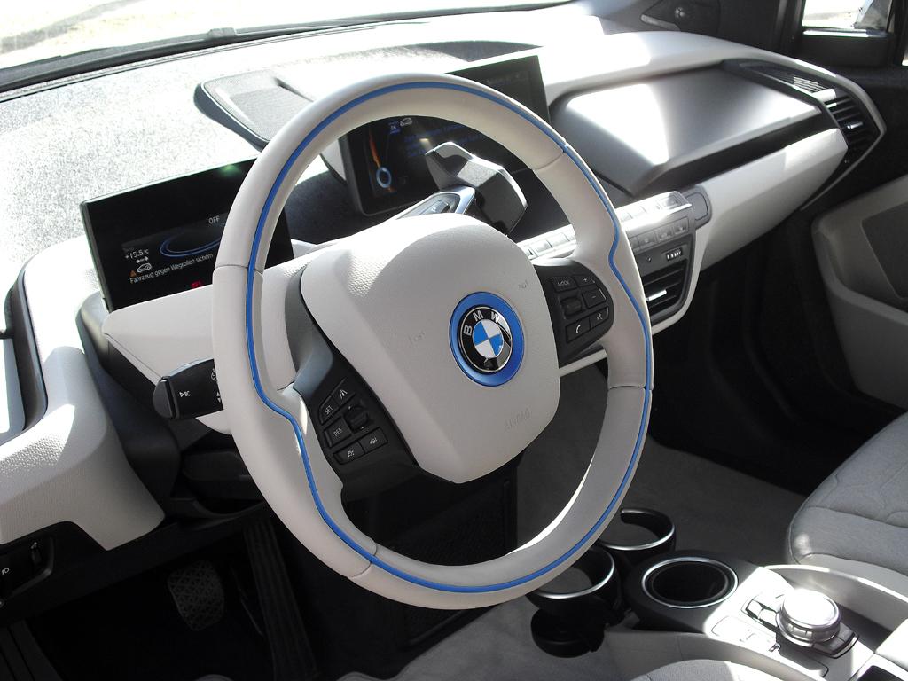 BMW i3: Blick ins übersichtlich gestaltete, futuristische Cockpit.