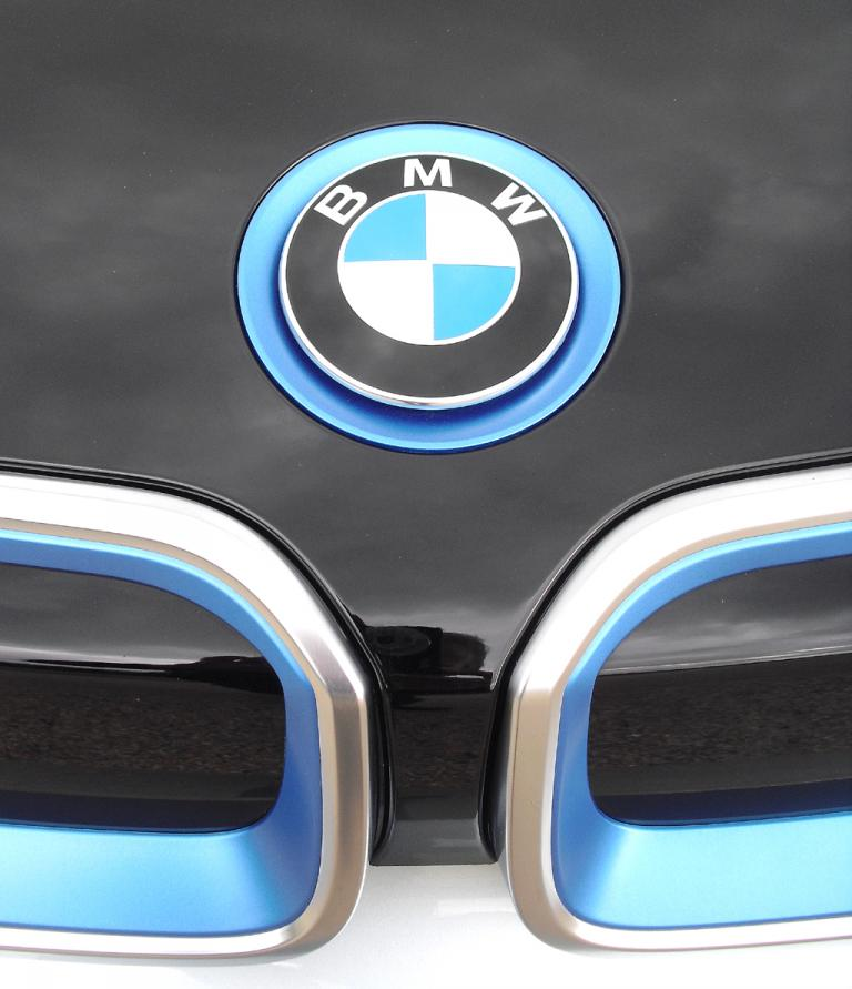 BMW i3: Das Markenlogo sitzt vorn über der markentypischen Doppelniere.