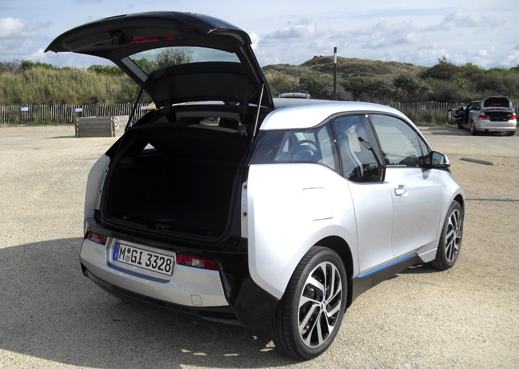 BMW i3: Ins Gepäckabteil passen 260 bis 1100 Liter hinein.