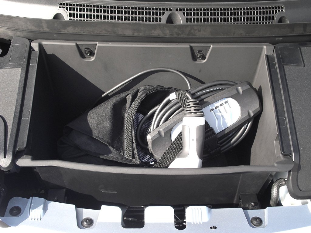 BMW i3: Unter der Haube vorn ist das Ladekabel untergebracht.