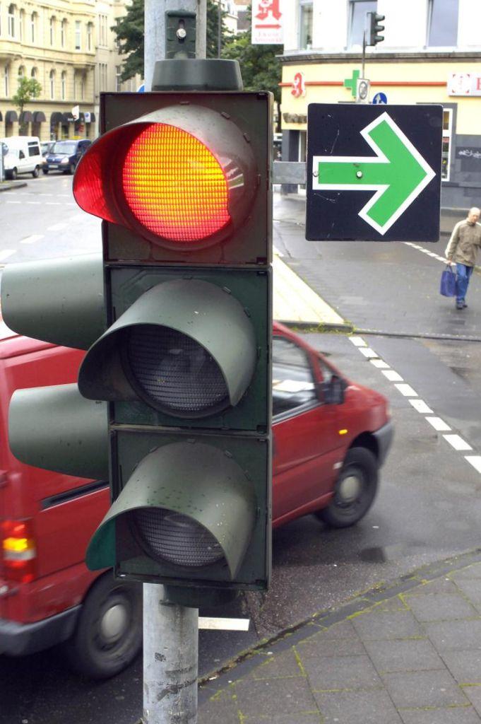 Bei Grünpfeil an der Ampel zunächst anhalten