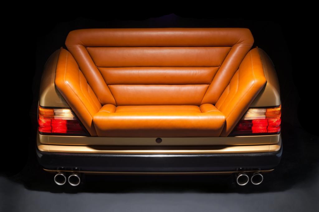 Bei dem tschechischen Hersteller Carsofa wird zum Beispiel aus dem Heck eines Mercedes W124 ein Ledersofa