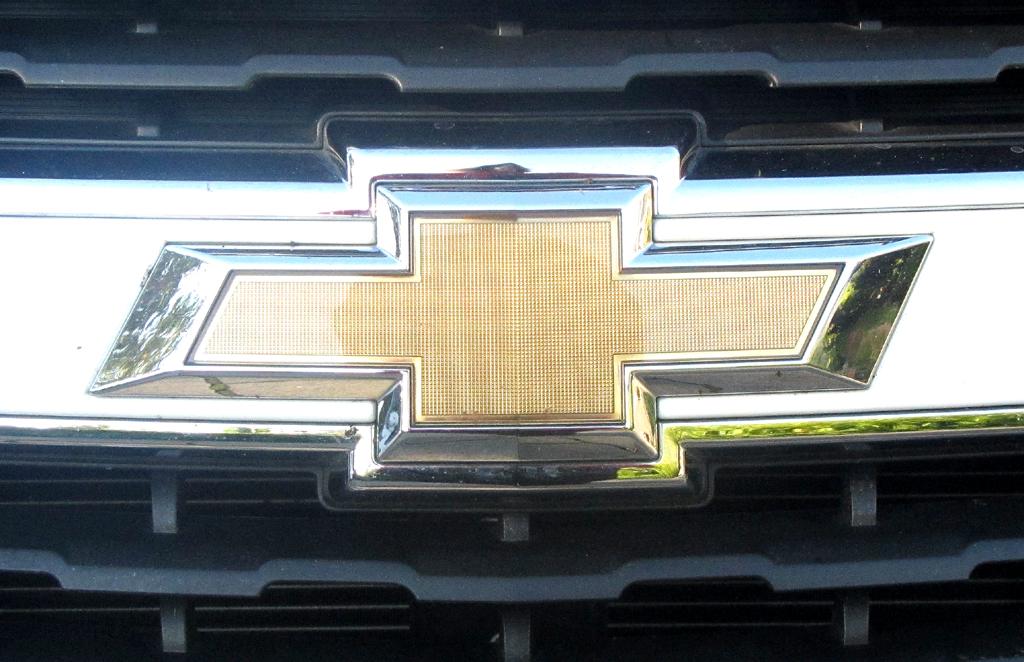 Chevrolet Trax: Das Markenlogo sitzt vorn in einer Chromspange mittig im Kühlergrill.