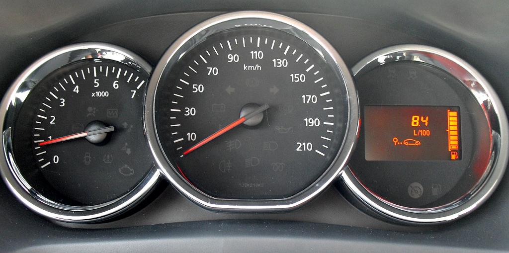 Dacia Logan MCV: Blick durch den Lenkradkranz auf die Rundinstrumentierung.