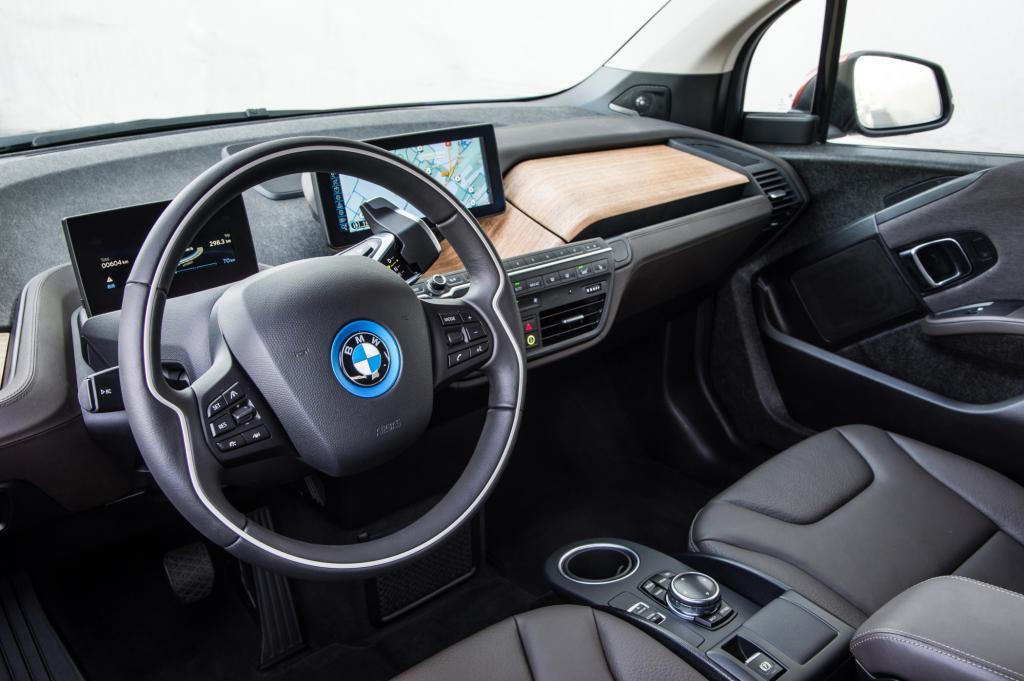 """Das Armaturenbrett wirkt zerklüftet, was laut BMW aber den """"Loft-Charakter"""" widerspiegeln soll."""