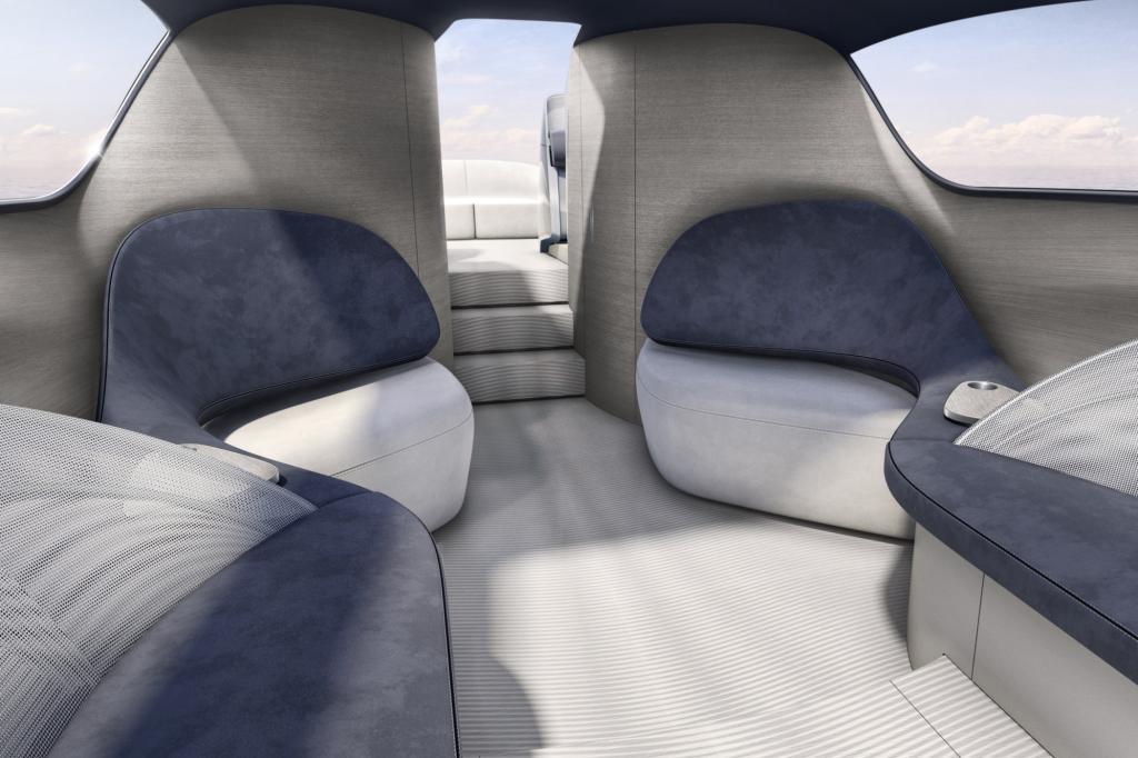Das Glasdach verfügt zum Beispiel über eine ähnliche Funktionalität wie die aus einigen Mercedes-Benz Fahrzeugen bekannte Magic Sky Control-Lichttechnologie. Hier kann man die Verglasung per Knopfdruck von transparent auf getönt umschalten.