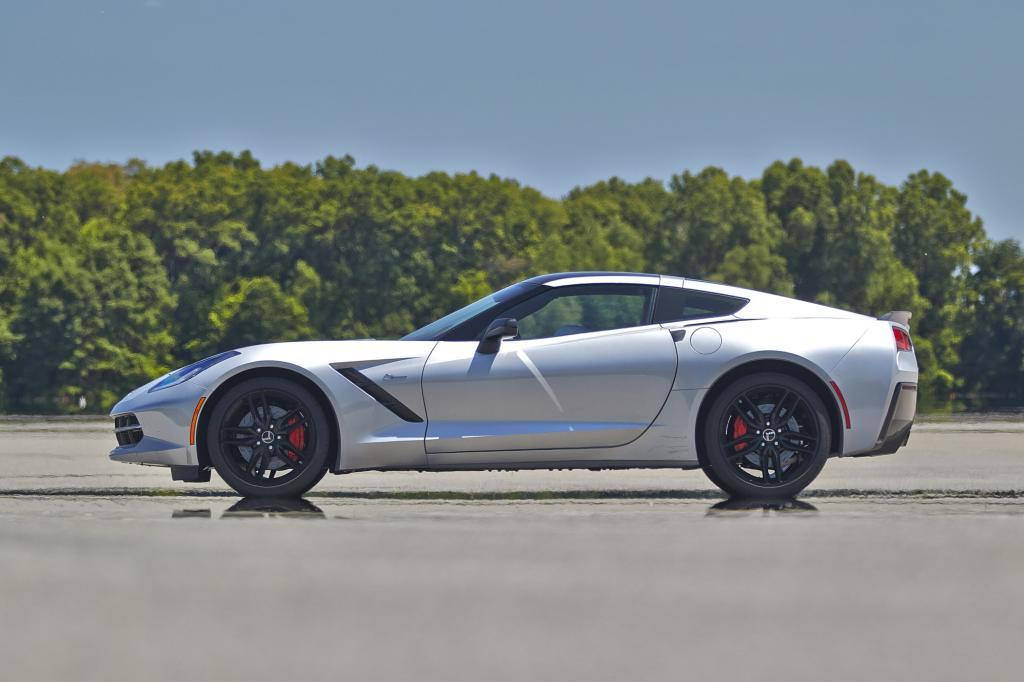 Denn mit einem Grundtarif von 69.990 Euro ist die Corvette fast ein Drittel billiger als der 911 – von anderen Sportwagen ganz zu schweigen.